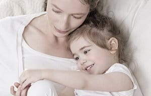 Matka a dieťa sa spolu maznajú