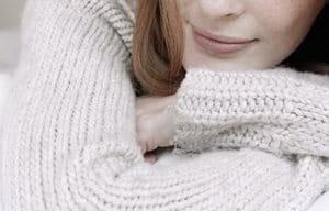 Žena s bavlneným svetrom